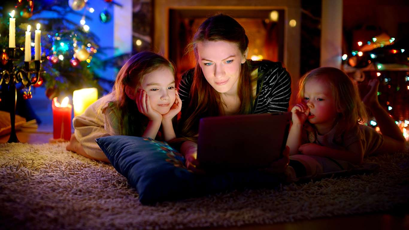 Top benefits of watching movies online | People Like Cybernavidad